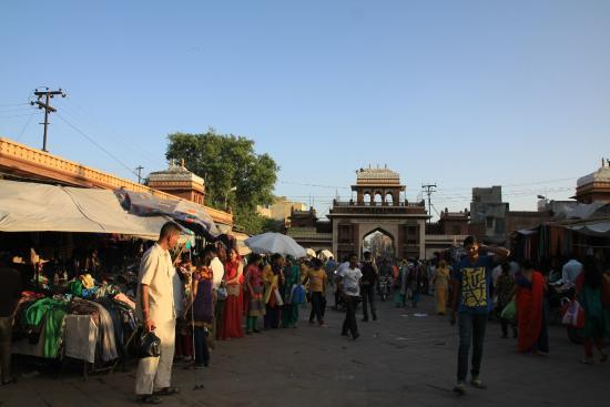 Shri Mishrilal Hotel : 広場の門のひとつ、左脇にホテルの看板あり