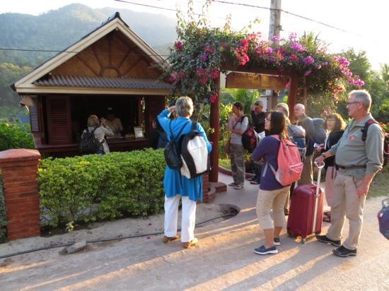 Mekong Riverside Lodge : Awaiting room keys