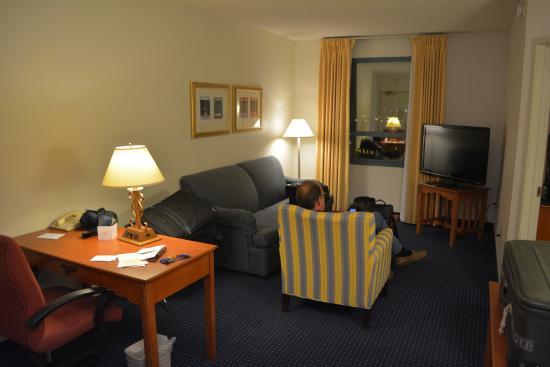 Residence Inn Las Vegas Hughes Center: Our little living room (attached kitchen not shown)