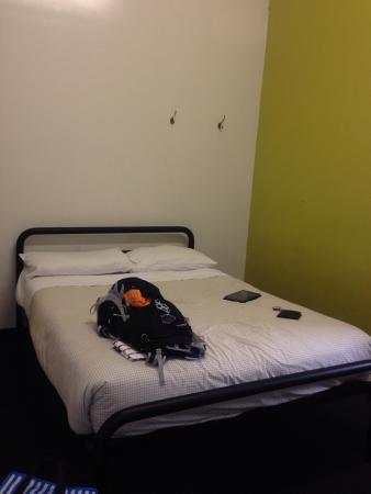 Nomads Brisbane Hostel: Damp pokey bed