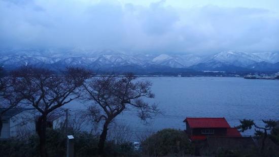 Sado Green Hotel Kiraku: 客室から加茂湖を望む