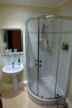 Robertson Arms Hotel: Shower Room