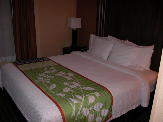 Fairfield Inn & Suites San Francisco Airport: Nice bed, but noisy room
