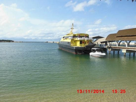 Bintan Lagoon Resort Golf Club: Kapal dari singapura yang sedang bersandar di pelabuhan