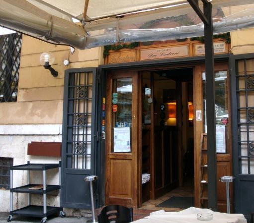 Due Ladroni: La entrada al restaurante vista desde la terraza.