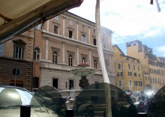 Due Ladroni: La Piazza Nicosia desde la terraza del restaurante.