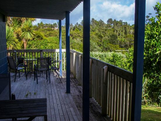 Raglan Sunset Motel: Wrap-around deck outside (partially covered)