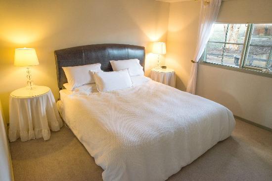 Mittagong Homestead & Cottages : King side beds.