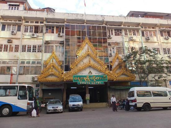 Zegyo Hotel Mandalay: szyld hotelu w budynku są też sklepy, hotel na 2-3 piętrze