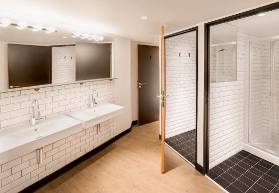 Generator Hostel Paris: Shared Bathroom Facilities