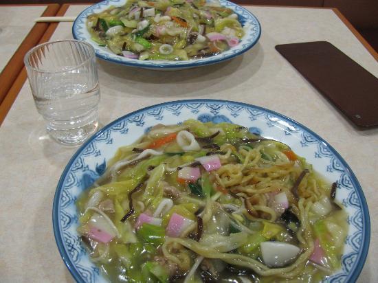 Botan : 手前が太麺、向こうが細麺の皿うどん。太麺はミニです。
