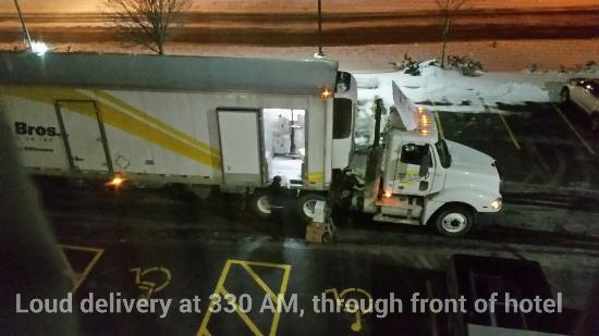 Country Inn & Suites Peoria North: Do they really have to accept a delivery at 330 AM through the front door of the hotel?  Woke me