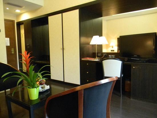Salotto accanto alla matrimoniale... - Picture of Grand Hotel San ...