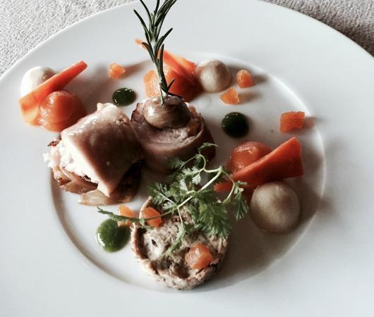Les Maisons De Lea : Râble de lapin aux abricots confits, la cuisse en pressé, endives caramélisées, jus corsé