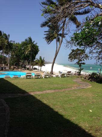 Kole Kole - Baobab Resort Diani: Beach view when walking to the restaurant.