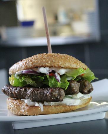 Balkan-Burger mit frischen Ćevapčići. Burger der Kalenderwoche 5 ...