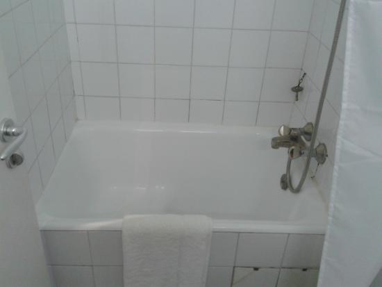 Langley Hotel Tignes 2100 : The small bath in our room (hip bath)