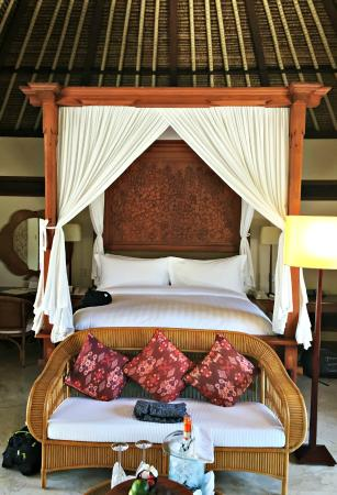 The Oberoi Bali : Ocean view villa w/ private pool bedroom. This bed was so comfortable.