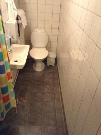 Hundested Kro & Hotel: I princippet er det muligt at tage bad men der er ingen bruseniche