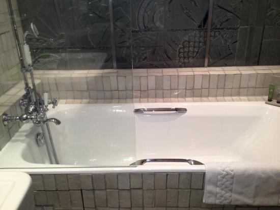 La Maison de Lucie: Huge soaking tub with exquisite details on the glass paneling.