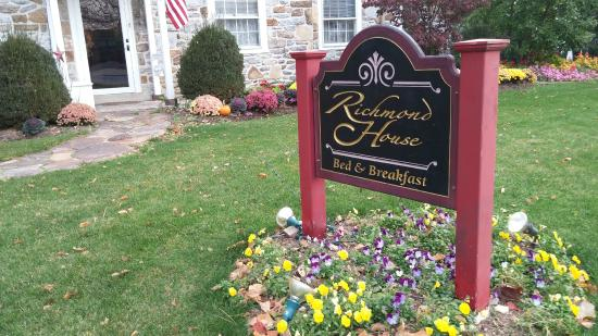 Richmond House Bed & Breakfast: Fall Flowers