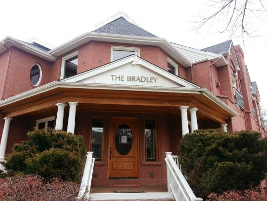 The Bradley Boulder Inn: View of the hotel from outside.