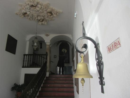 Hotel Hospederia San Francisco: La escalera de acceso a la planta de las habitaciones.