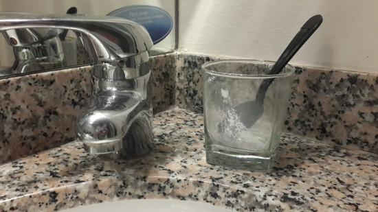 Club Quarters Hotel in Houston: For the second day in a row, the glasses in the bathroom has not been washed after room service,