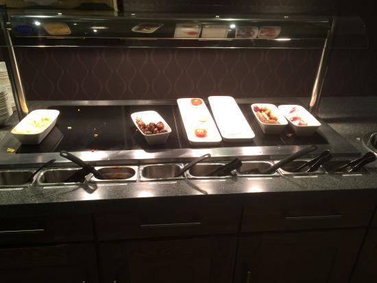 Premier Inn Leeds City Centre (Leeds Arena) Hotel : Bare servery - forced dieting!
