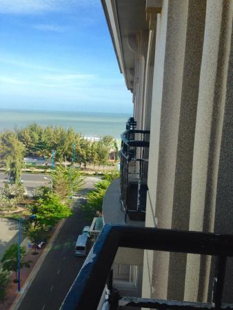 Imperial Hotel Spa: Вид из номера на пляж отеля с балкона