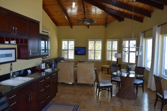 Lighthouse Bay Resort Hotel: Master Suite Common Area