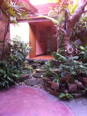 Parami Guesthouse : Wonderful stepping stones to the ground floor rooms