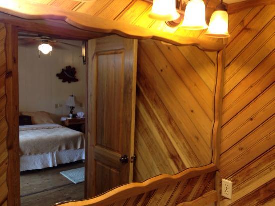 Utila Lodge: Nautical wood vibe in the bathroom