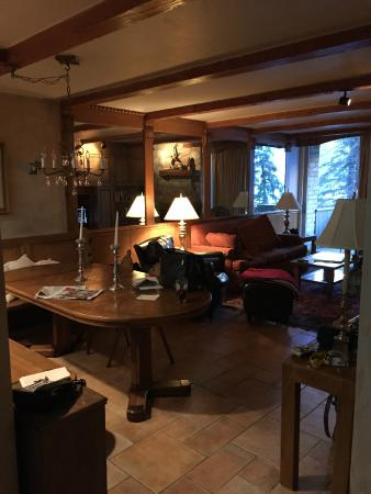 Vail's Mountain Haus at the Covered Bridge: View of the dining/living area in room 217