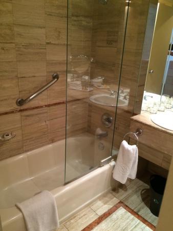 Hampton Inn & Suites Westford - Chelmsford: Bath