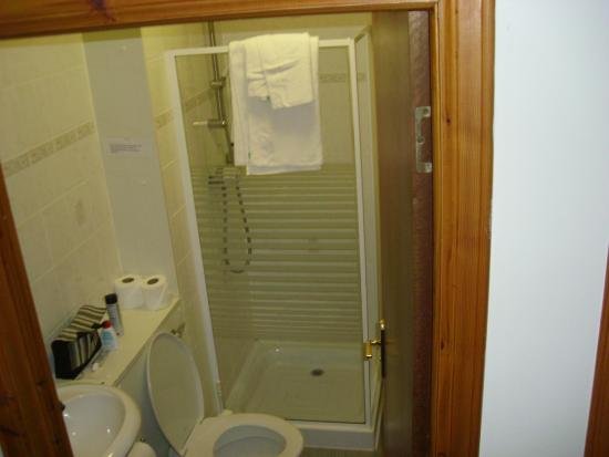 Rob Roy Hotel : It is a good sizes bathroom more than you can see in pic