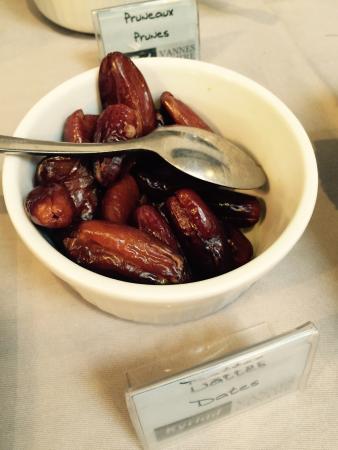 Kyriad Vannes Centre Ville: Merveilleuses dattes du petit déjeuné !