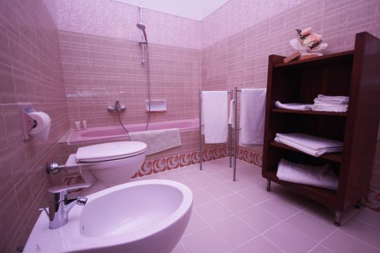 Il bagno rosa - Picture of B&B Cantico delle Creature, Assisi ...