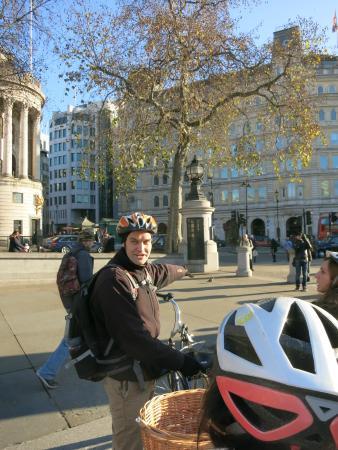 Martin qui nous raconte des faits passionnants à Trafalguar Square