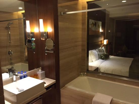 Holiday Inn Shanghai Jinxiu: Bathroom
