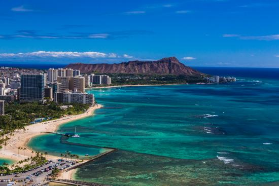 ฮาวาย: The world-famous Waikiki, located on the south shore of Honolulu, on the island of Oahu.