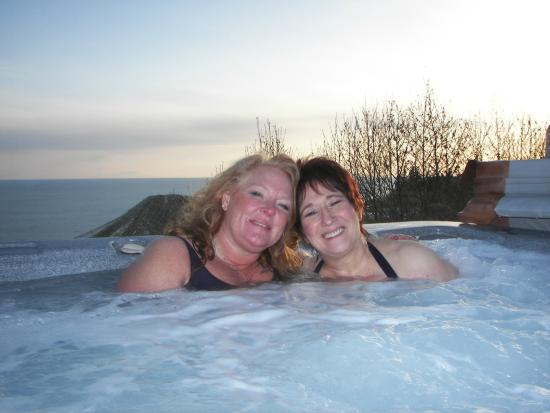 Alaskan Suites : Hot tub next to lodge on the bluff
