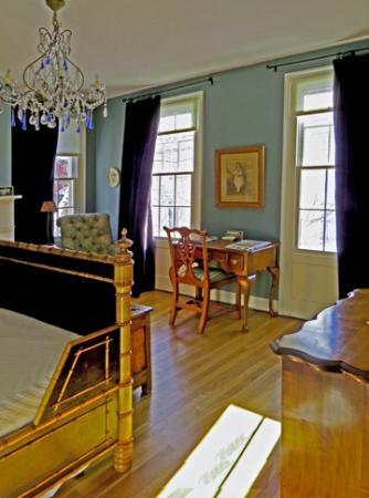 The Inn at 240 : Sunny Windows, Room One