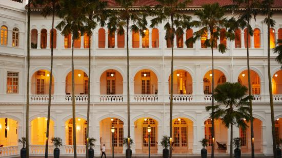 Raffles Hotel Singapore: Palm Court in the evening