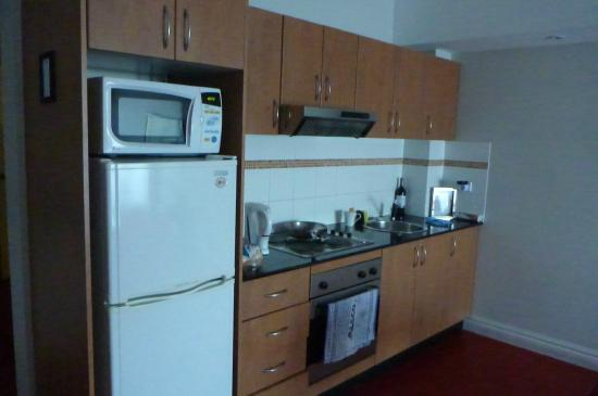 AeA Sydney Airport Serviced Apartments: decent galley kitchen