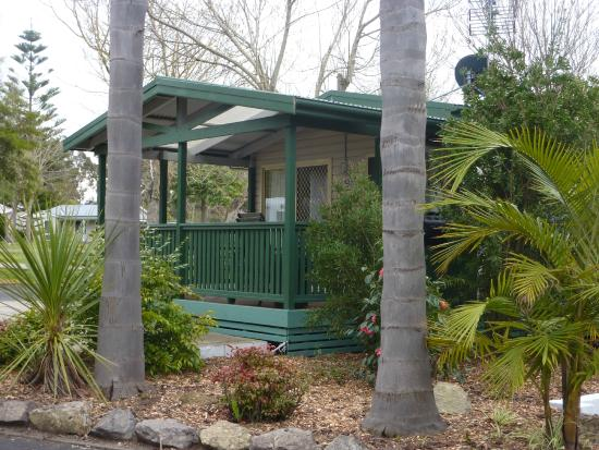 Garden of Eden Caravan Park: Pandanus Villa Front View