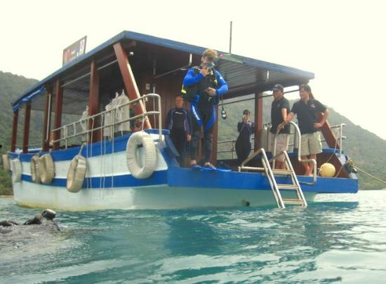 Con Son, Vietnã: A real dive boat, with a sea level dive platform.