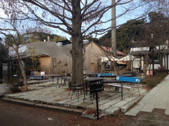 Mokichi Trattoria : 敷地の中庭。冬なのでちょっとさみしい