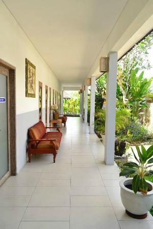 Ivory Resort Seminyak: Pathway near the entrance