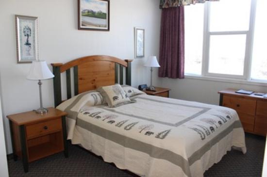 Filia Inn: Athabasca Suite bedroom, also features a sitting room with large panoramic windows with full mou
